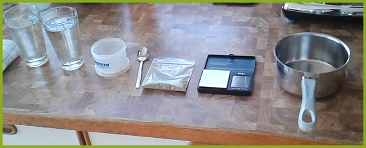 500ml Wasser, Behälter zum Abwiegen, Löffel, Kratompulver, Feinwaage, Topf. Nicht im Bild: Kaffeefilter